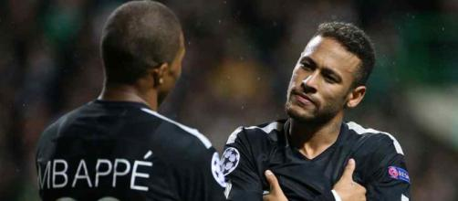 Neymar com seu colega Kylian Mbappé