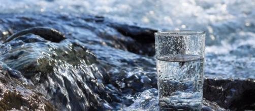 ¿Es bueno para la salud tomar 'agua cruda'?