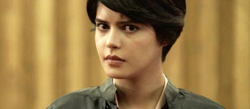 Júlia Dalávia caracterizada como Adriana na novela O Outro Lado do Paraíso