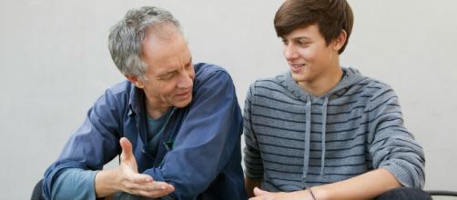 Padres aconsejando a sus hijos hacia el futuro de sus estudios