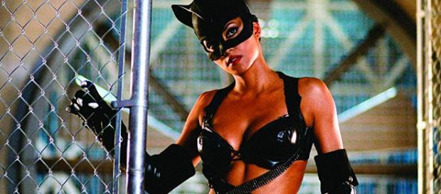 Guionista de Catwoman crítica la película