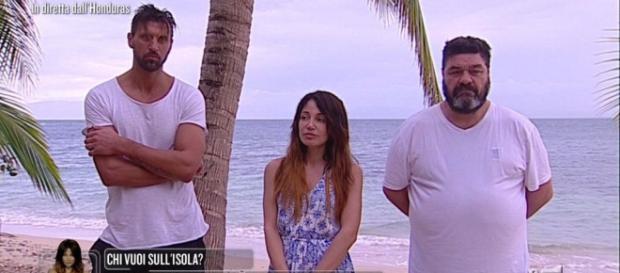 Isola dei Famosi: scandalo omofobia