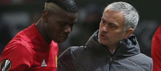 José Mourinho instruye a Pablo Pogba antes de que venga por Ander Herrera