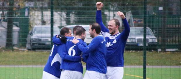 Mit dem 1:1 gegen die starken Marbacher dürften die Kicker des SV Blau-Weiß 52 sehr glücklich gewesen sein. Archivfoto: Martin Bogatz