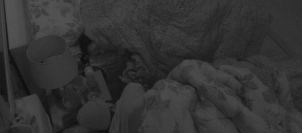 Noite quente no ''BBB18'' com Wagner e Gleici debaixo do edredom