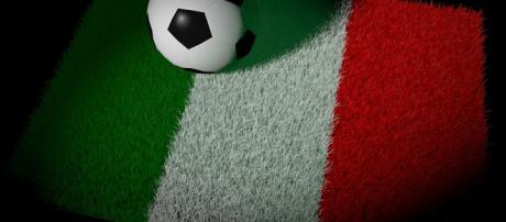 Il pallone e la bandiera italiana.