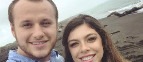 Josiah and Lauren are showing PDA. [image source: Josiah Duggar/Instagram]