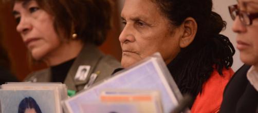 Una mujer pide justicia por su hijo desaparecido en la frontera