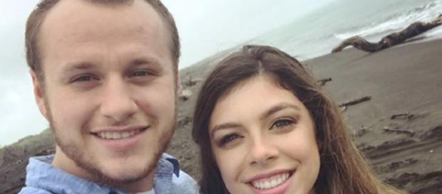 Josiah and Lauren are showing PDA. [image source: Josiah Duggar/Instagram]