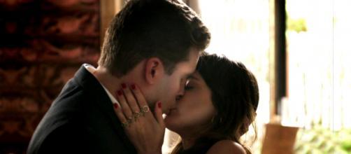 Clara e Patrick estão apaixonados, mas guardam segredo. (Reprodução/ Rede Globo)