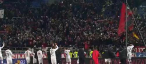I calciatori del Foggia esultano con i tifosi rossoneri giunti a Novara dopo il fischio finale
