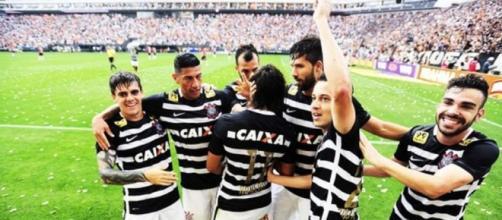 Jogadores em uma comemoração de gol