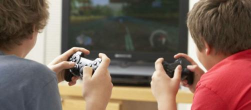 Los niños que juegan videojuegos