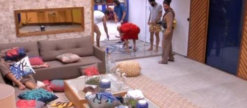 Lucas e Ayrton limpam o vômito de Jéssica na cozinha do BBB