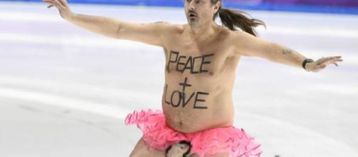 Streaker se estrella en parte en los Juegos Olímpicos de Invierno, trayendo 'Paz + Amor' a todos