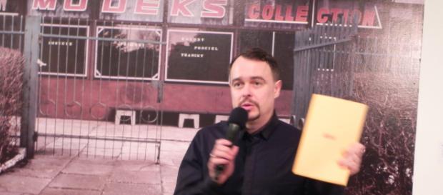 Wojtek Mazan podczas wernisażu swojej wystawy (fot. Krzysztof Krzak)