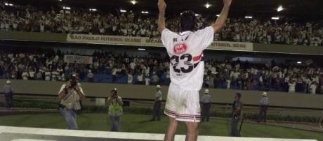Raí usando os uniformes da Adidas na conquista do Paulistão de 1998