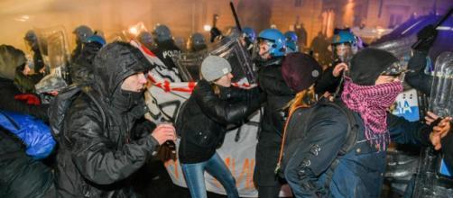 Antifascisti contro CasaPound, guerriglia nelle strade di Torino ... - lastampa.it