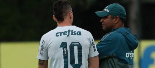 Técnico Roger Machado conversa com Moisés durante treino do Palmeiras.
