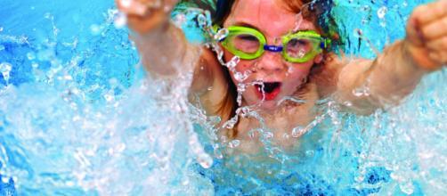 Usar gafas para el agua reduce considerablemente el enrojecimiento y la inflamación en los ojos