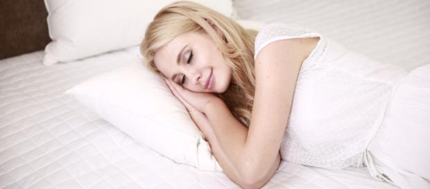 Follow these simple tips to combat your sleeplessness. [Image via Pixabay]
