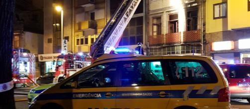 Entidades, e vários cidadãos durante o incêndio que deflagrou esta tarde na Rotunda da Boavista, no Porto.