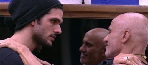 Lucas pede a Ayrton que cuide de Jéssica (Reprodução/Globoplay)