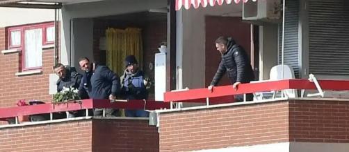 Luigi Capasso fuori dal balcone che parla con le forze dell'ordine