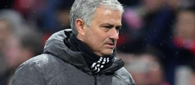 José Mourinho está enojado con cuánto tiempo tomará el Manchester United ofrecer nuevas ofertas a los jugadores