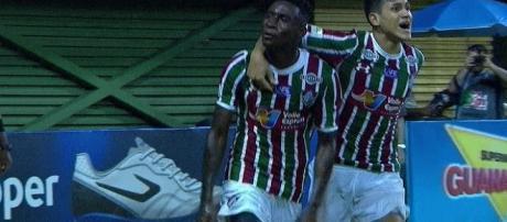 Abraçado por Pedro, Dudu comemora o gol da vitória sobre o Macaé (Foto: Reprodução/Sportv)