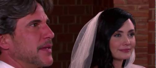 Amélia e Pedro se casam nos últimos capítulos de Um Caminho Para o Destino (Foto: Televisa)