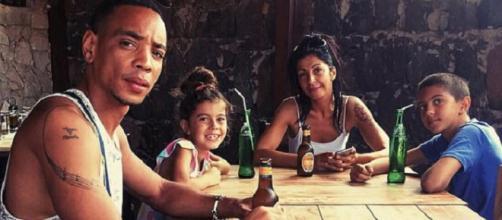 Dee Mani, com o companheiro e seus filhos