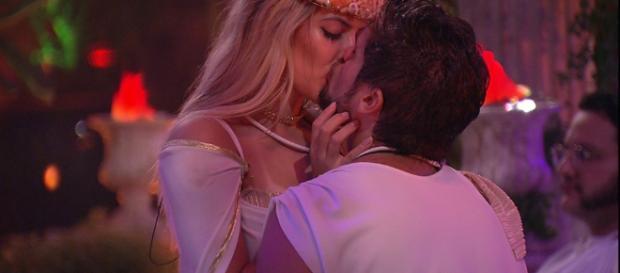 Breno e Jaqueline se beijam na frente de Ana