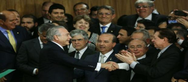 Ministros recebem bolsa milionário.