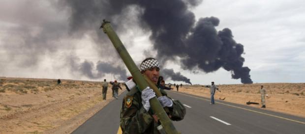 Rebel cu un lansator de rachete portabil, în timpul luptelor din Siria din anul 2011 - Foto: www.rt.com (© Asmaa Waguih / Reuters)