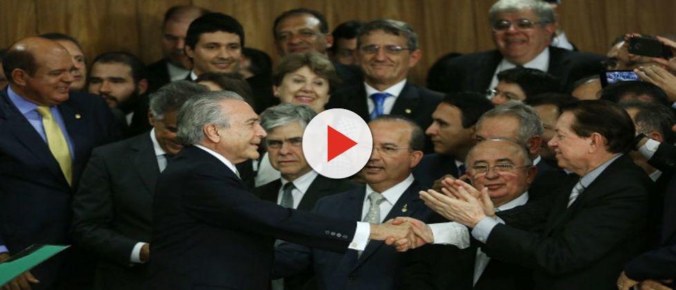 Bolsa político: ministros milionários de Temer recebem auxílio do governo