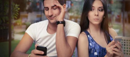 Las personas aprovechan las redes sociales para controlar a los demás