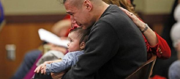 Ashston Matheny, segurando sua filha, não conseguiu se controlar