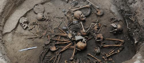 Foto di Mauricio Marat: la tomba in cui sono stati rinvenuti i corpi che formano una spirale umana.
