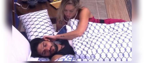 Jéssica e Lucas dormem agarradinhos