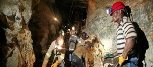 955 mineros sudafricanos rescatados, atrapados bajo tierra por más de 24 horas
