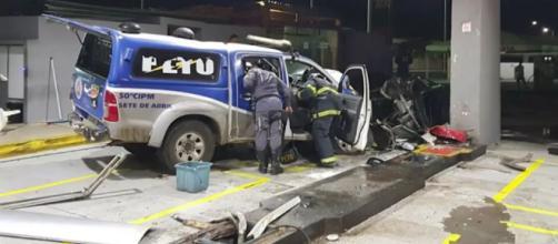 Viatura da PM pega fogo após batida em posto de combustíveis durante perseguição em Salvador
