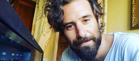 Tommaso Paradiso si taglia barba e baffi. Foto   Radio Deejay - deejay.it