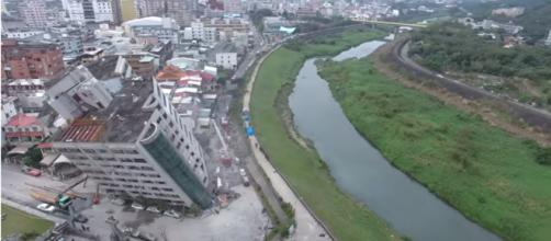 A building in Huailen leans dangerously on its side -- YouTube/雲門翠堤