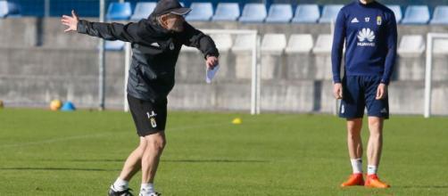 Anquela dando instrucciones en un entrenamiento del Real Oviedo. Foto: lavozdeasturias