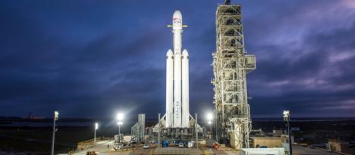 Il vettore Falcon Heavy sulla rampa