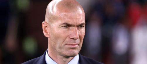 Zinedine Zidane parece tener un pie fuera
