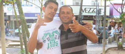 Valdiram, de camisa preta listrada, vive nas ruas do Rio de Janeiro (Foto: Rafael Oliveira)