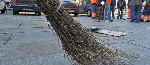 L'immigrato che tiene pulito le strade di Napoli per non chiedere l'elemosina.