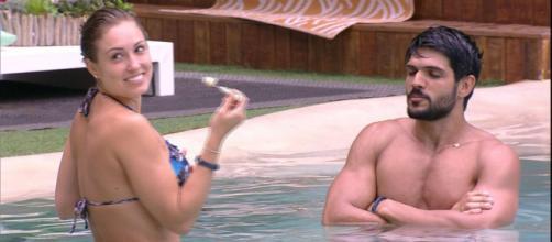 Mesmo com noiva aqui fora, Lucas é provocado por Jessica e ganha doce na boca no BBB18